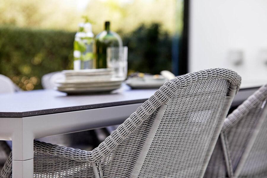 Miljöbild på Breeze stol i ljusgrått.