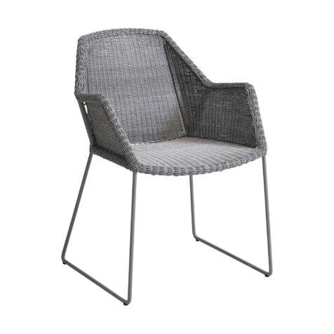 Breeze karmstol i ljusgrått av designerna STRAND+HVASS för Cane-Line.