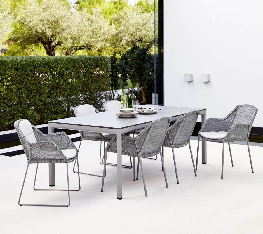 Miljöbild på matgrupp med gråa Breeze stolar från Cane-Line.