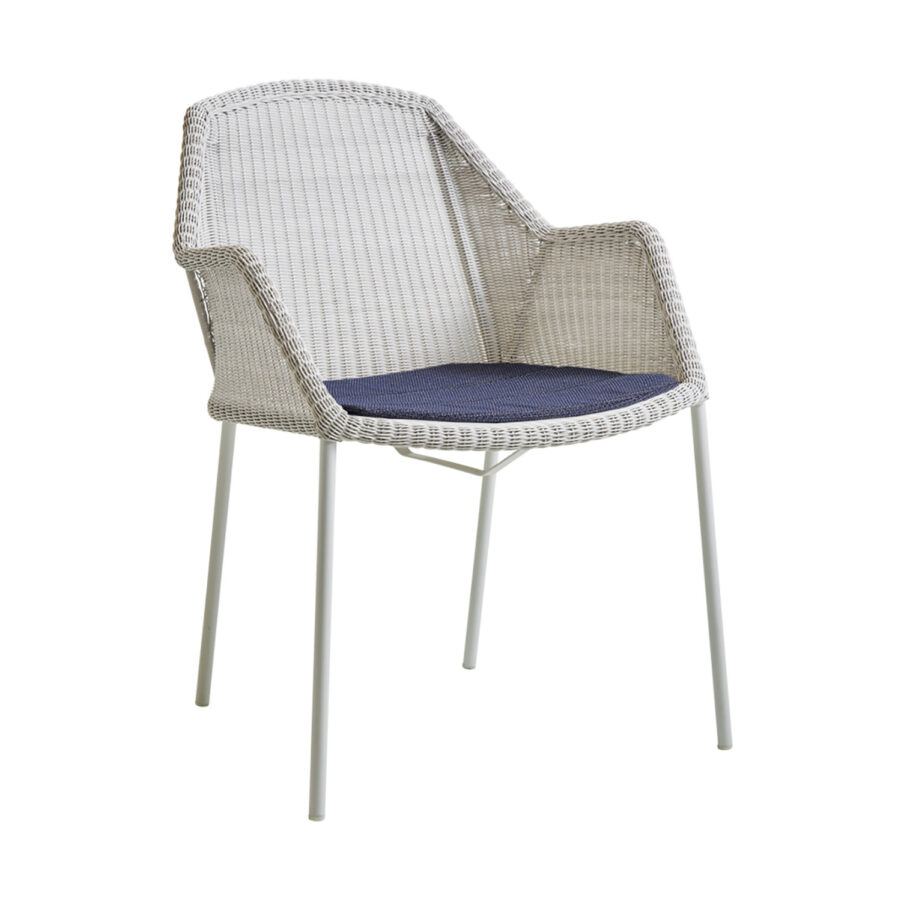 Breeze karmstol i vitt med blå dyna.