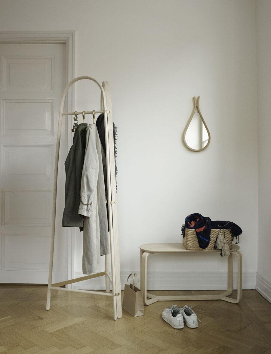 Miljöbild på Turn klädhängare med pall och spegel i samma kollektion.