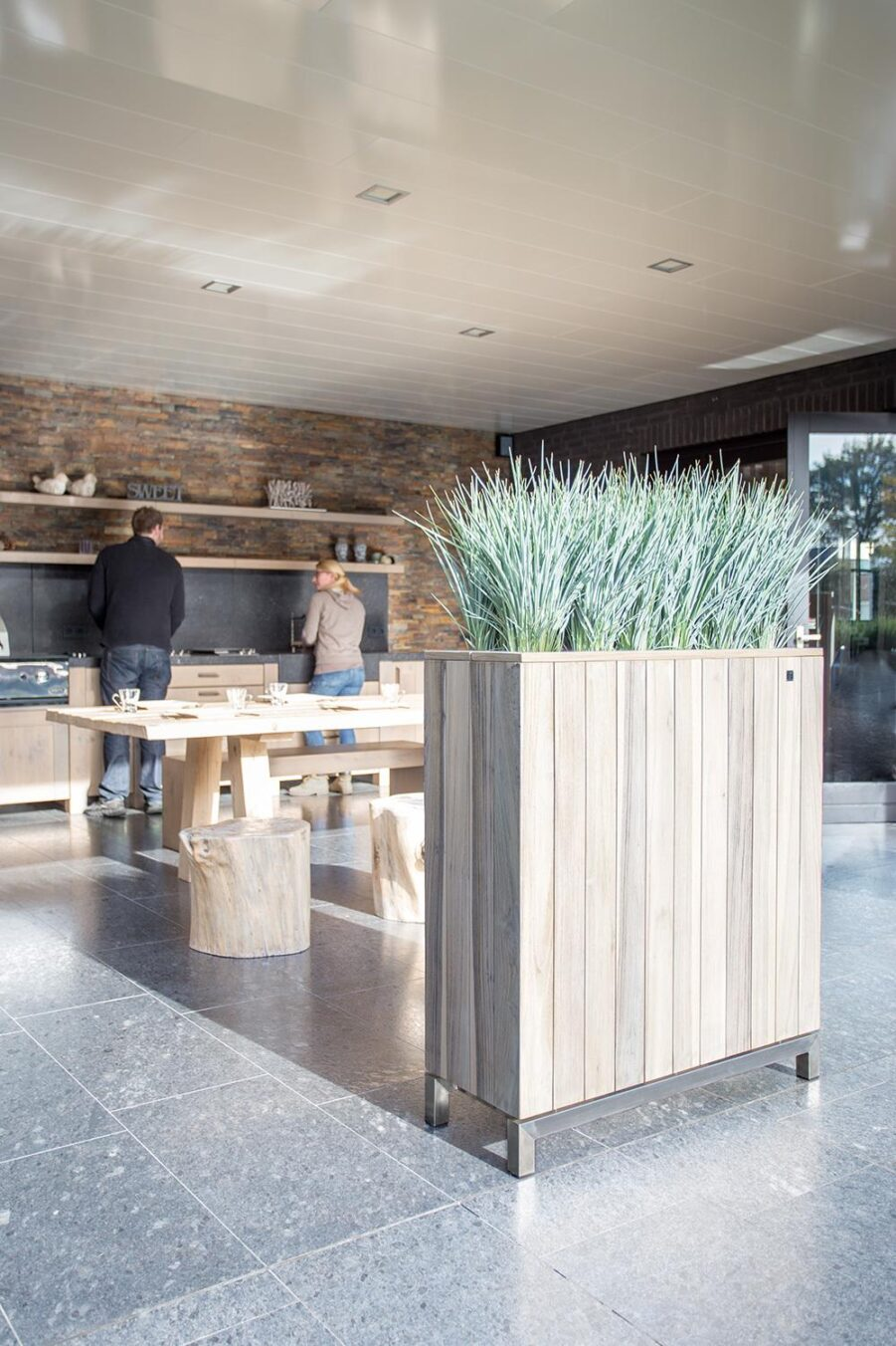 Kayu planteringskärl i rostfritt stål och vintage teak med måtten 94x34x105 cm.