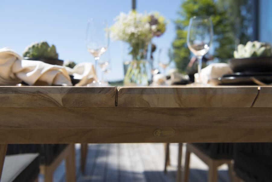 Detaljbild på Himmelsnäs matbord i teak från Hillerstorp.