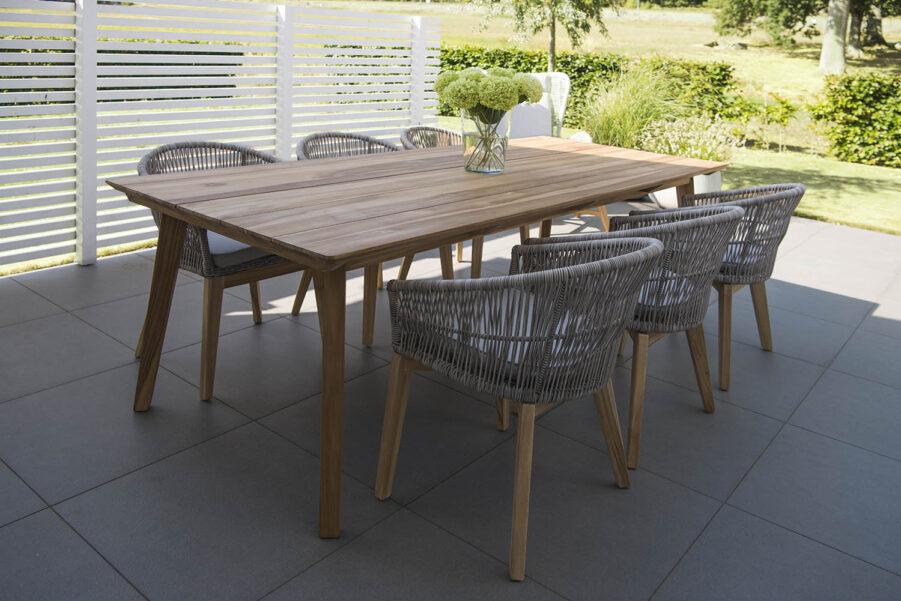 Miljöbild på Himmeslnäs matbord med stolar i samma serie.
