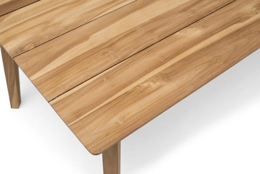 Detaljbord på bordsskivan till bordet Himmelsnäs i teak.