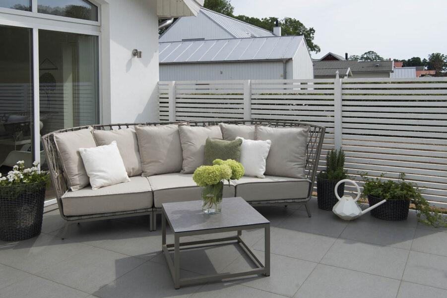 Miljöbild på Jet Set soffa och soffbord i beige.