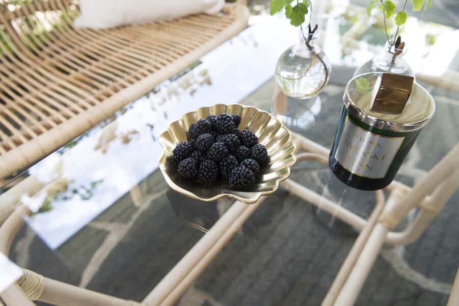 Bild på Lyckesö soffbord i rotting och glas.
