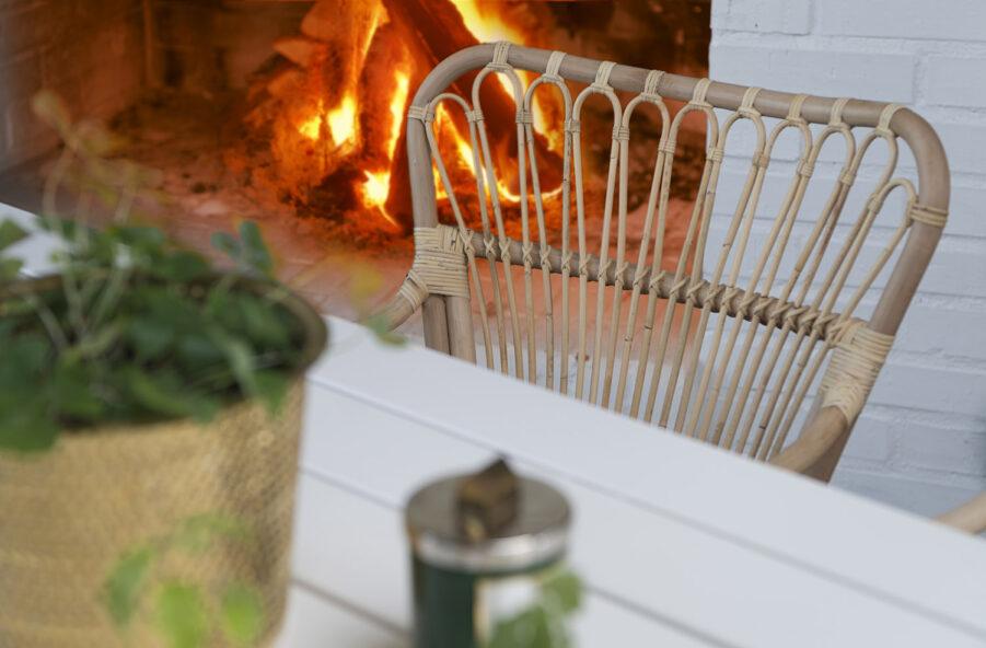 Detaljbild på karmstolen Lyckesö med bordet Stoltö.