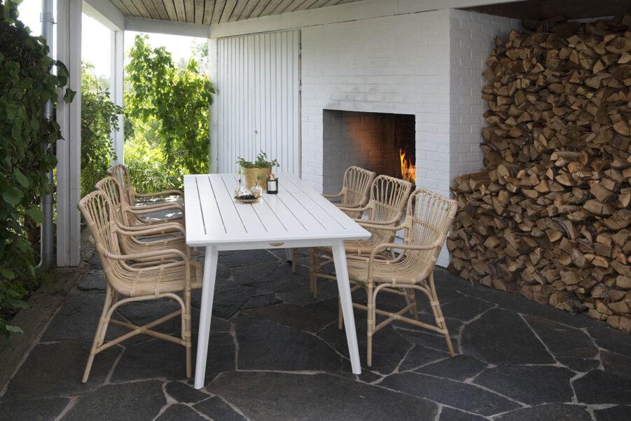 Miljöbild på karmstolen Lyckesö med bordet Stoltö.