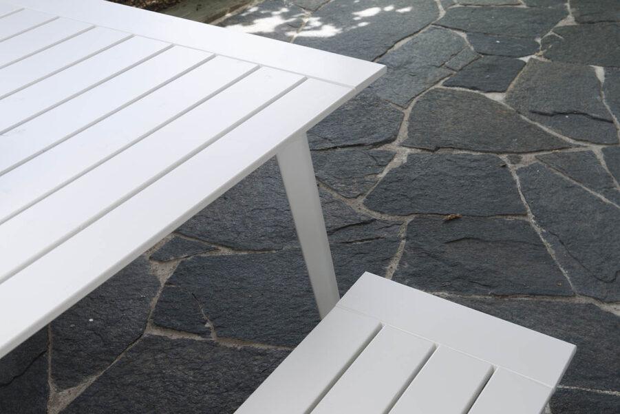 Detaljbild på Stoltö bänk och bord från Hillerstorp.
