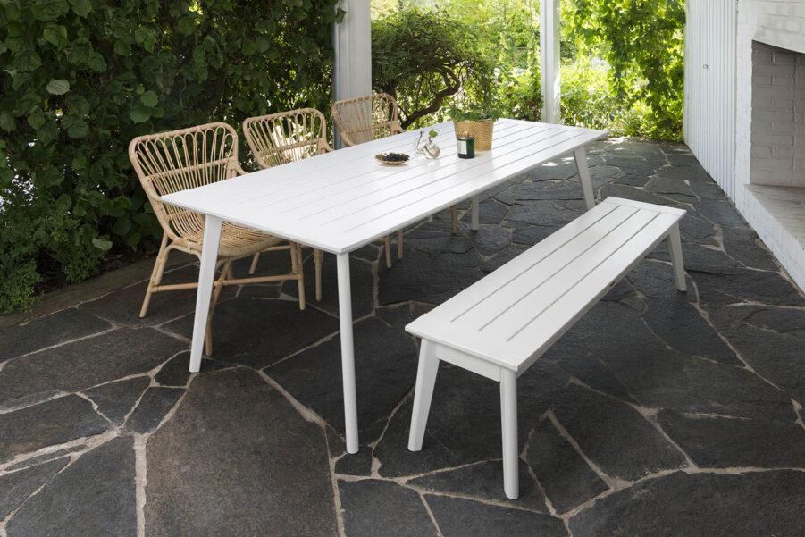 Miljöbild på Stoltö matbord och bänk med Lyckesö karmstolat.