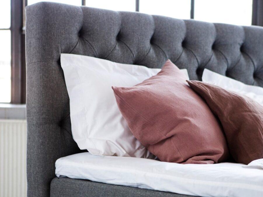 Miljöbild på sänggaveln Bornö från Carpe Diem, i färgen Luxury Ljusgrå.
