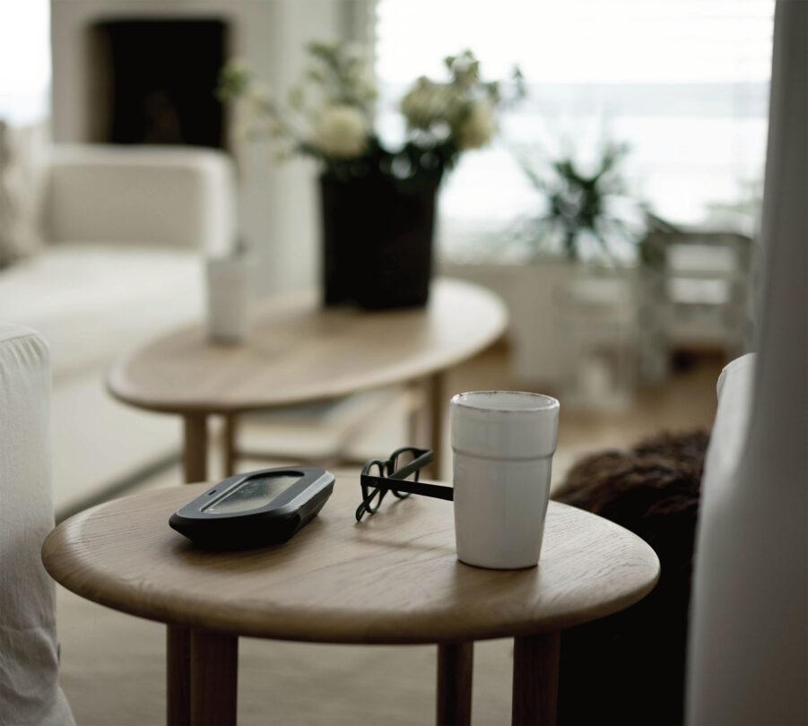 Miljöbild på Crest sidobord och soffbord från Mavis.
