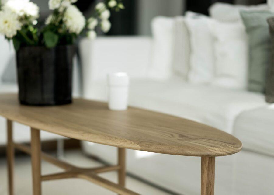 Miljöbild på soffbordet Crest.