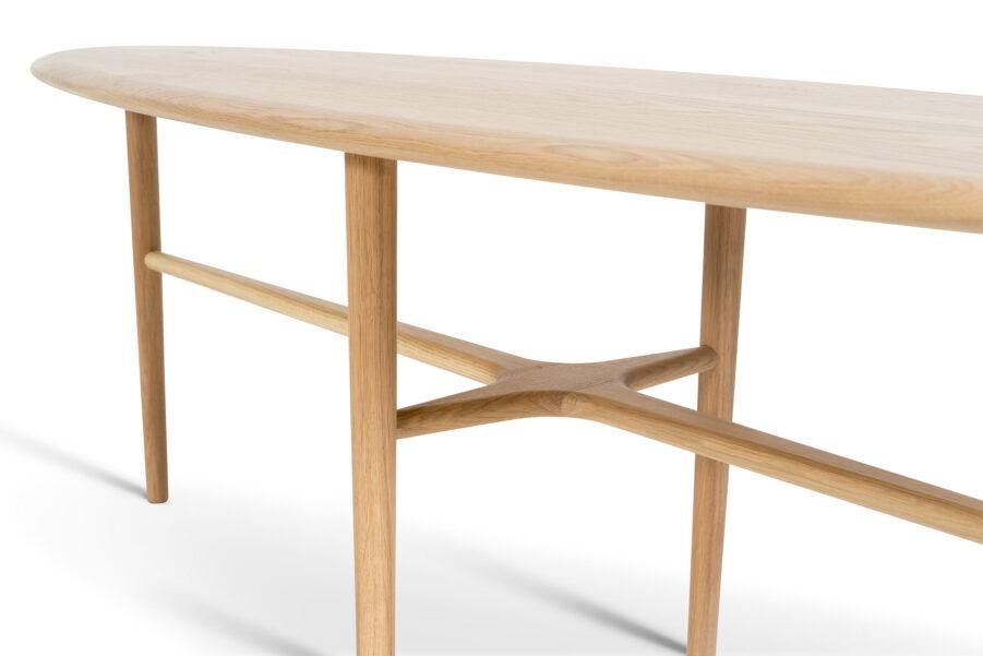 Detaljbild på soffbordet Crest i ek från Mavis.