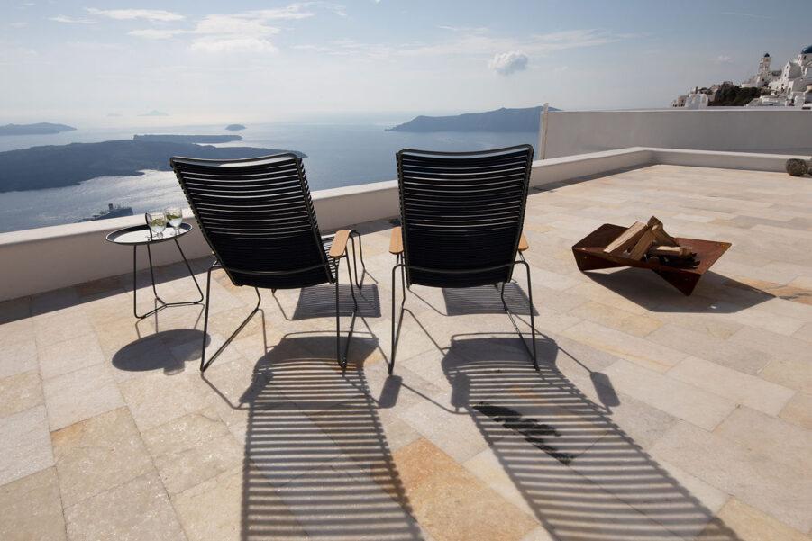 Miljöbild på vilstolen CLick från Houe med fotpallar och sidobord från samma varumärke.