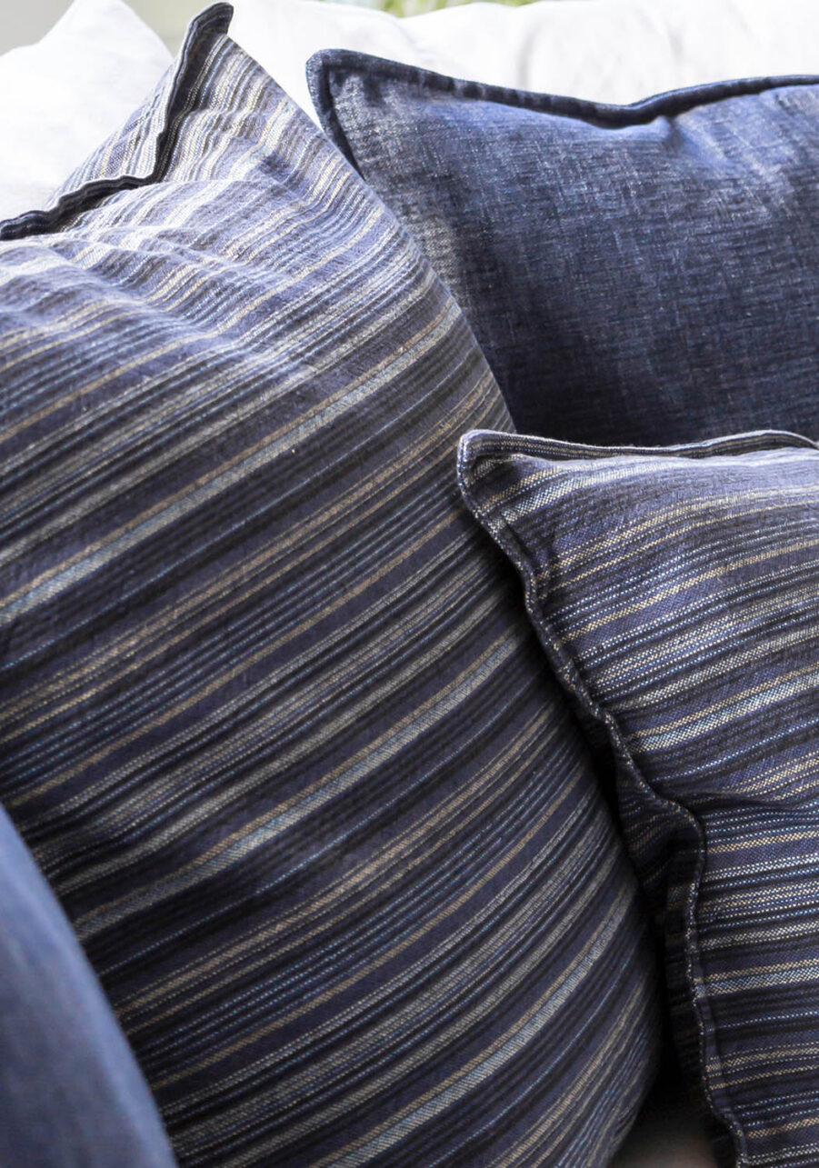 Detaljbild på prydnadskuddar i blått från Artwood.