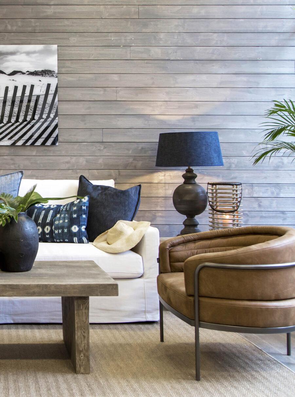 Miljöbild på Coral soffa och Emelie fåtölj och soffbordet Plint.