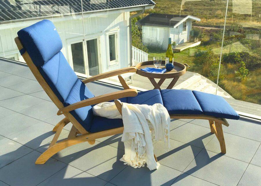 Steamer däckstol och brickbord i teak och rostfritt stål från In Out Form.