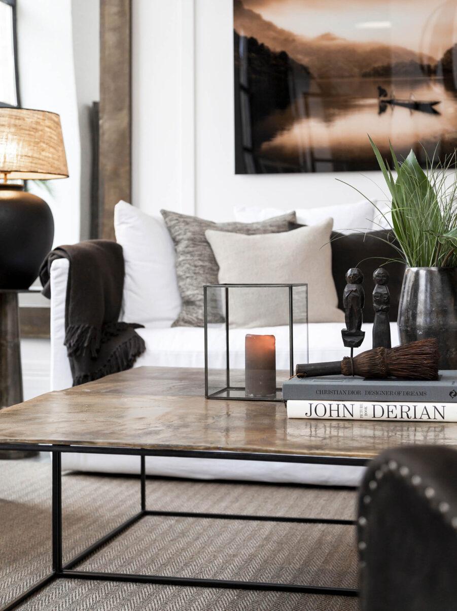 Miljöbild på Mille soffbord med mässingsfärgad bordsskiva.