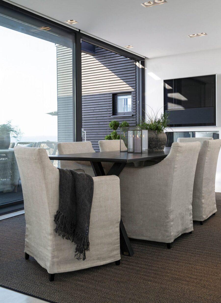 Miljöbild på matbordet Tree i svart med stolarna Avignon.