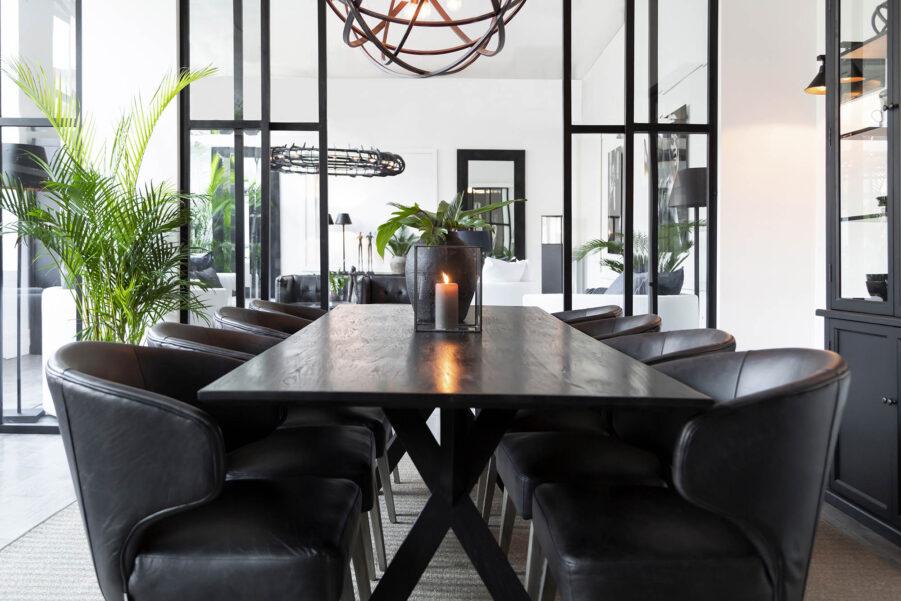 Miljöbild på matbordet Tree i svart med stolarna La Vella.