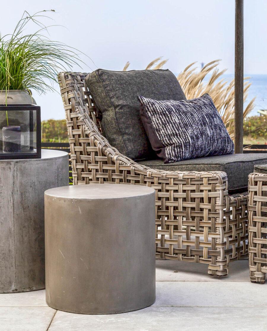 Miljöbild på Key Largo fåtölj med sidobordet Doloma i betong.