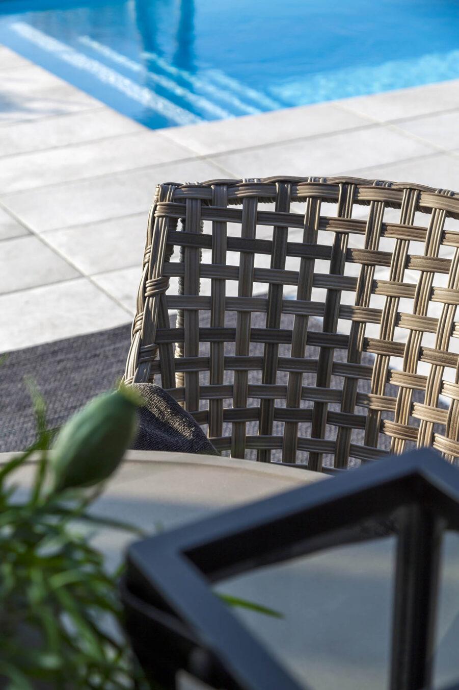 Detaljbild på karmstolen Malaga från Artwood.