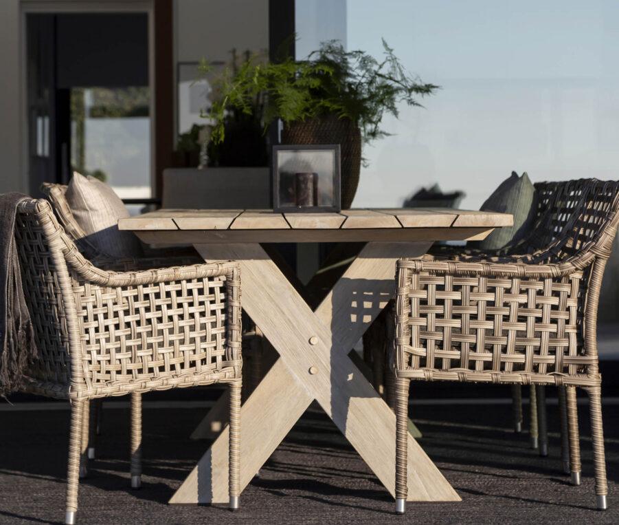 Miljöbild på konstrottingstolen Santa Monica med teakbordet Cross.