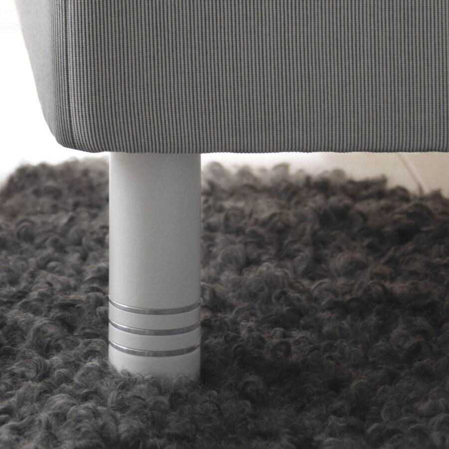 Närbild på runda sängben i färgen vit med aluminiumringar från Carpe Diem.