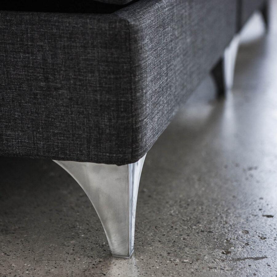Närbild på Carpe Diem Segel aluminiumben.