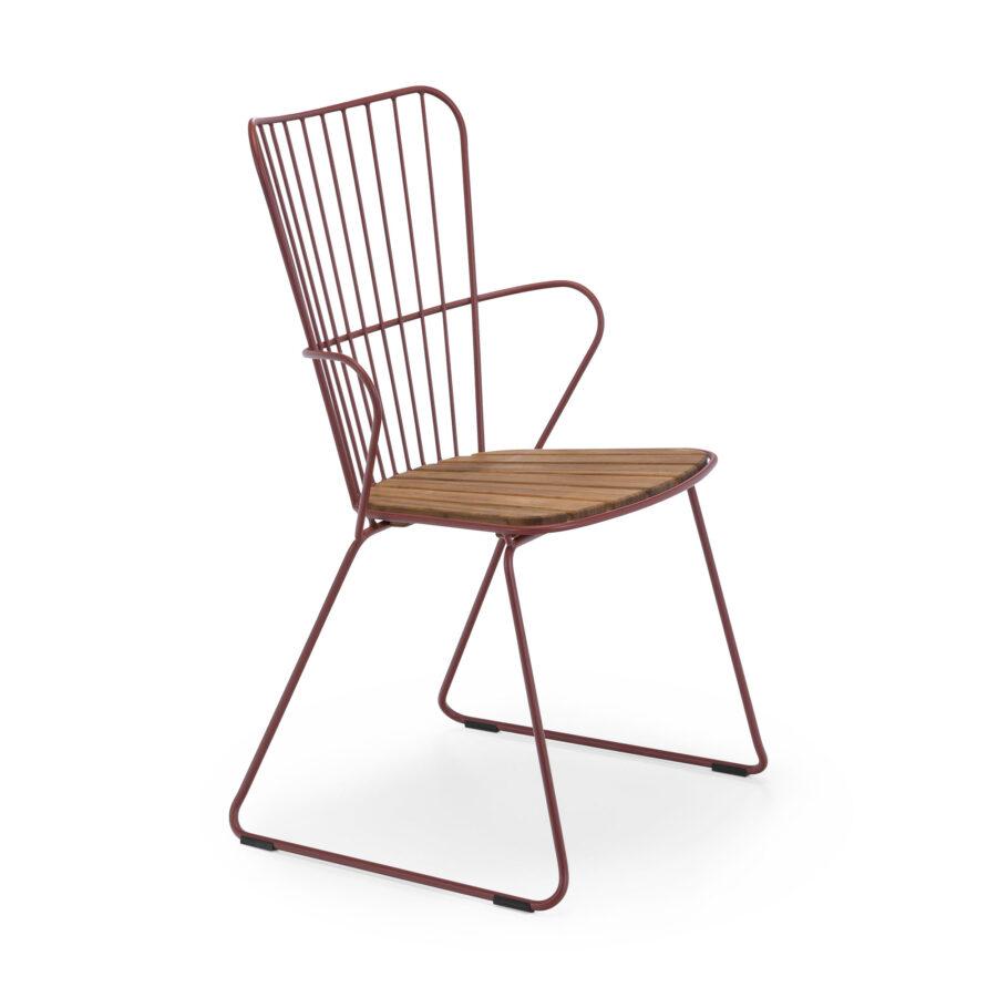 Paon karmstol med stomme i paprikarött och sits i bambu.