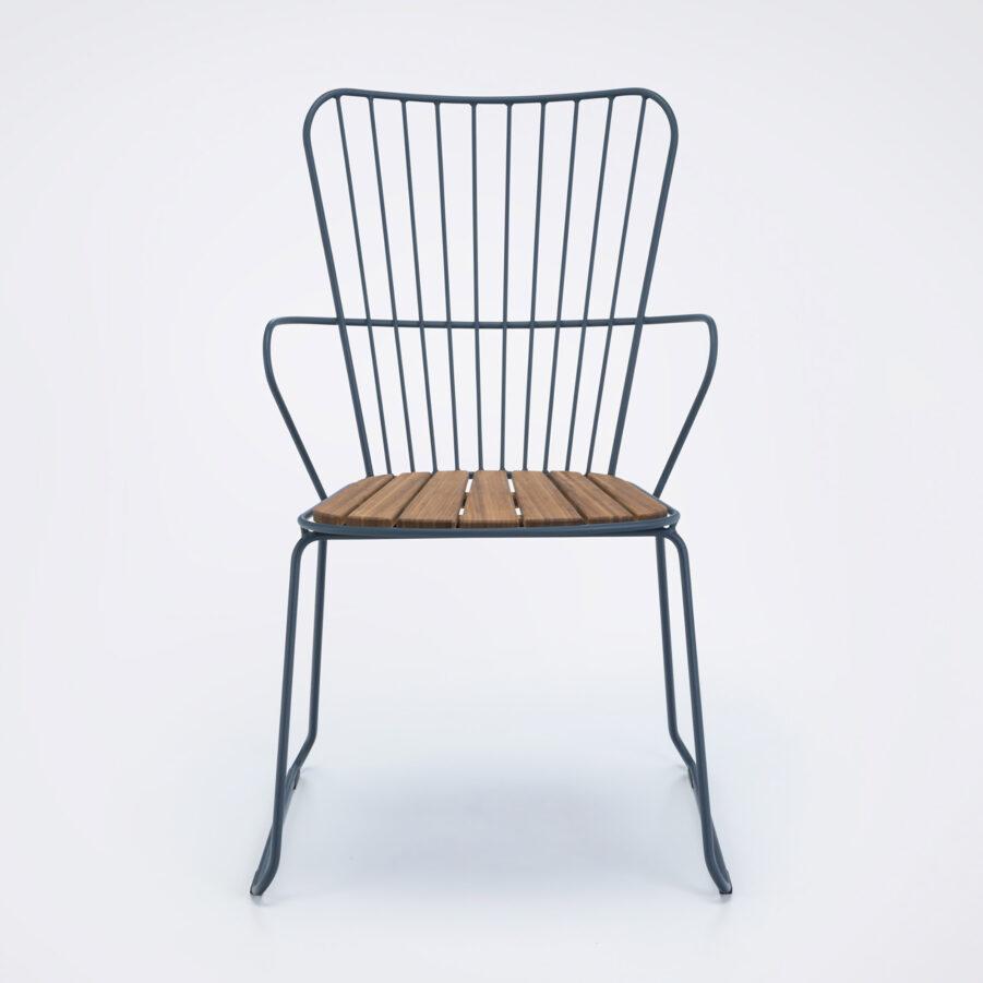 Bild på karmstolen Paon från Houe i midnattsblått.
