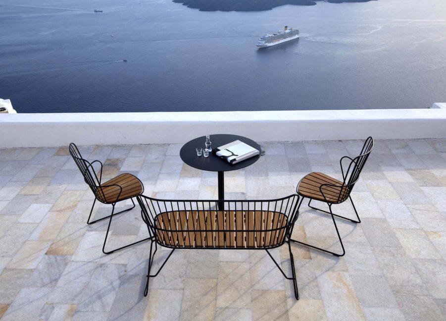 Miljöbild på bordet Flor med Paon soffa och karmstolar från Houe.