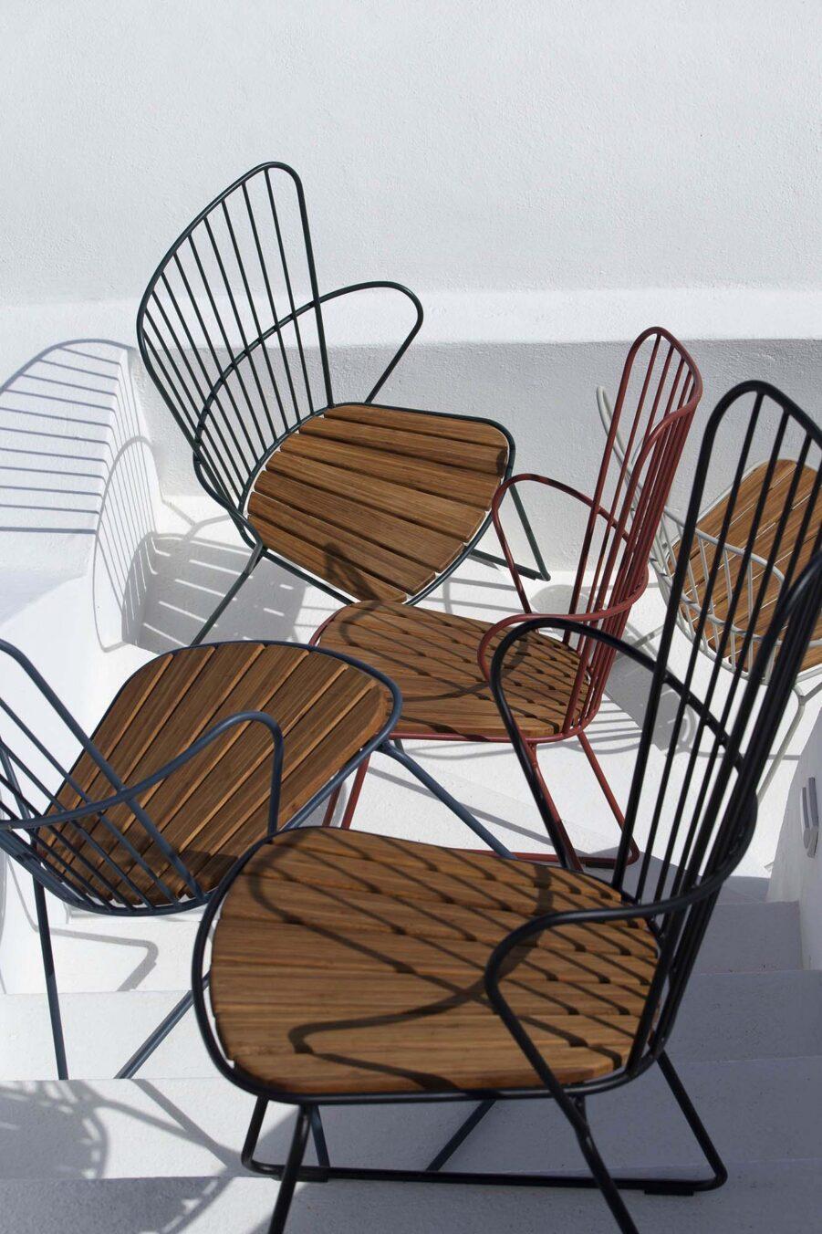 Miljöbild på Paon karmstol från Houe i flera olika färger.