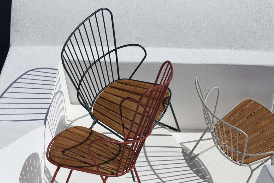 Miljöbild på Paon karmstol i flera olika färger.