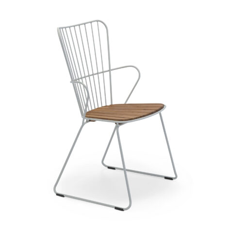 Paon stol med taupe stålstativ och sits i bambu.