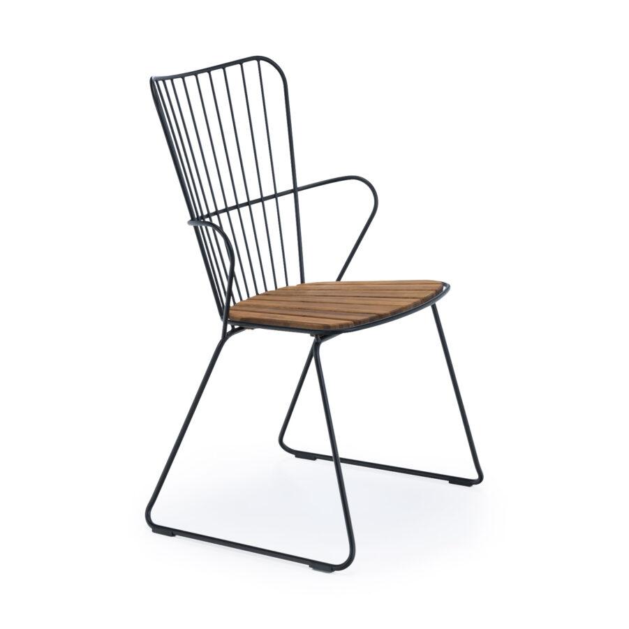 Paon karmstol med svart ram och lameller i bambu.