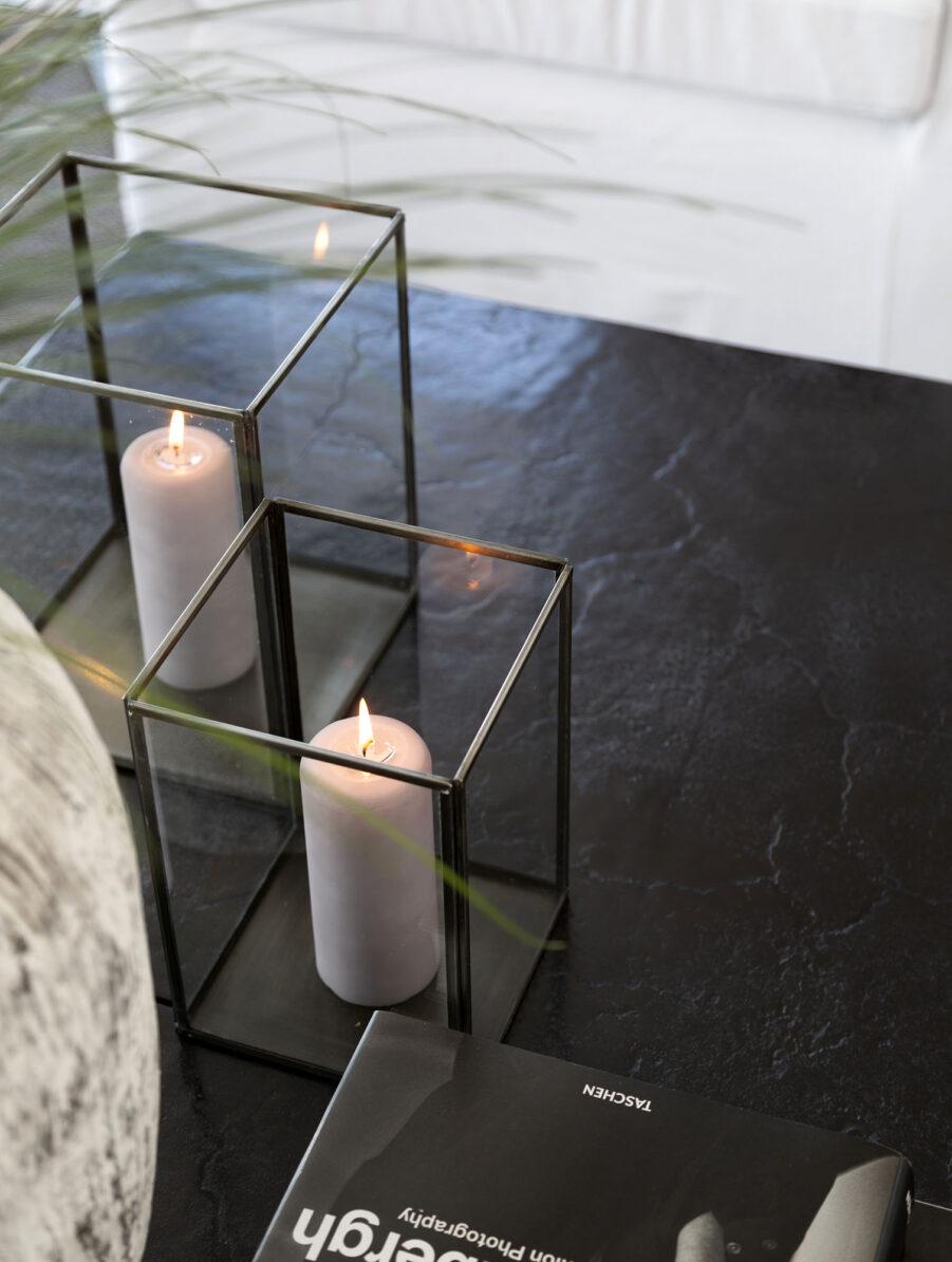 Miljöbild på sidobordet Mille från Artwood med svart skiva i aluminium.