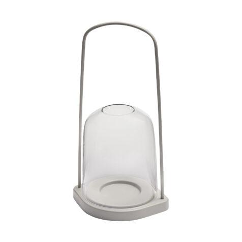 Ljuslykta i ljusgrå aluminium med glaskupa från Skagerak.