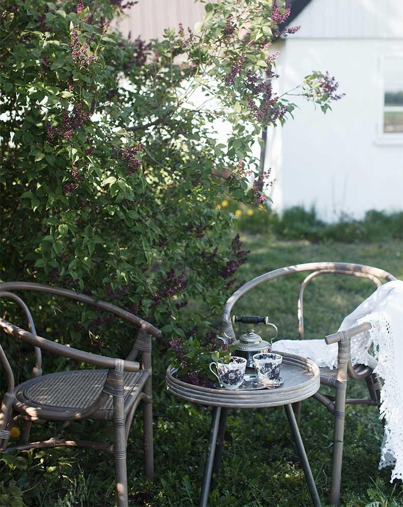 En miljöbild på Orresnäs karmstol och Leicester bord.