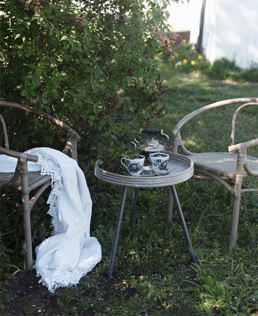 Miljöbild på Orresnäs karmstol och Leicester bord.