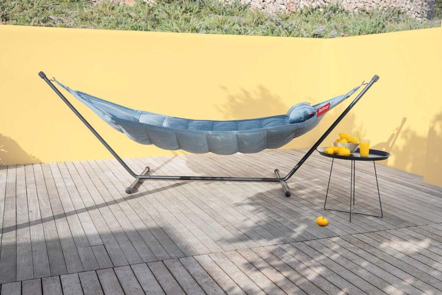 En miljöbild på Fatboy Headdemock Sunbrella i färgen Steel blue.