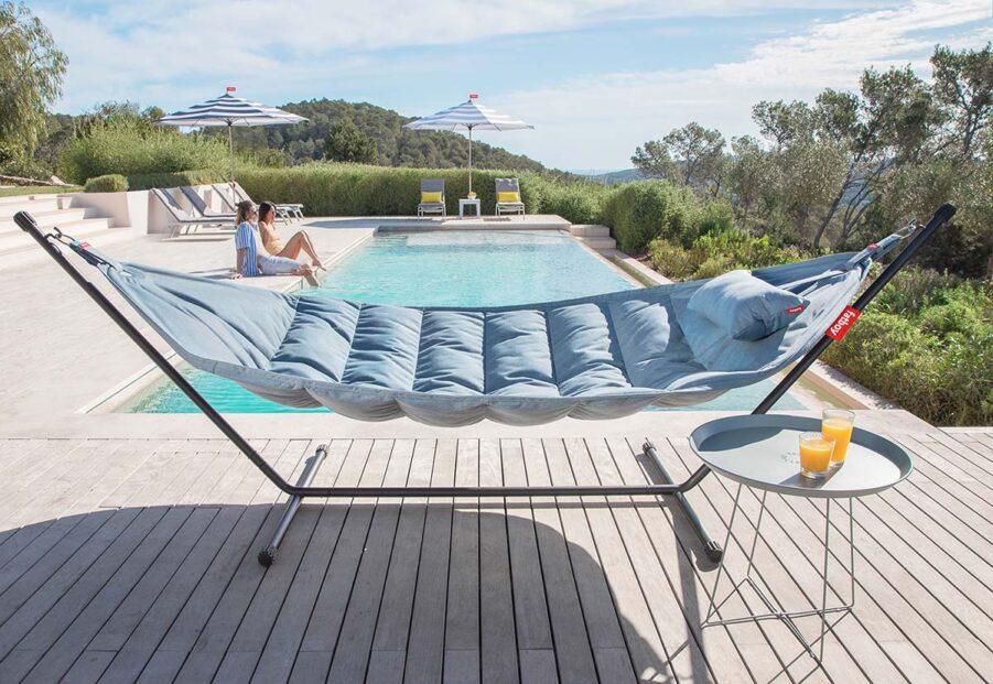 Miljöbild på Fatboy Headdemock Sunbrella i färgen Steel blue.