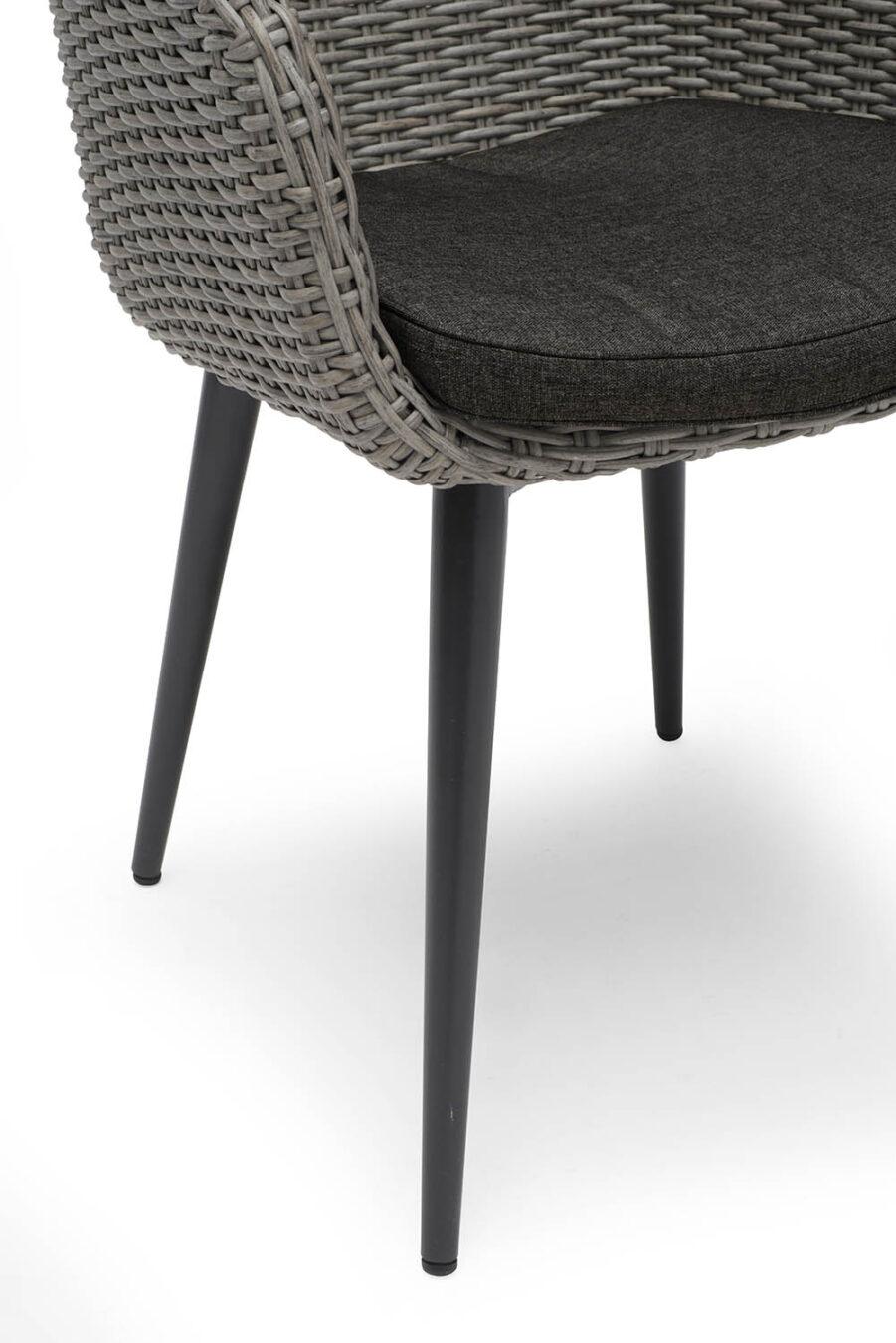 Detaljbild på Valletta karmstol med svart dyna.