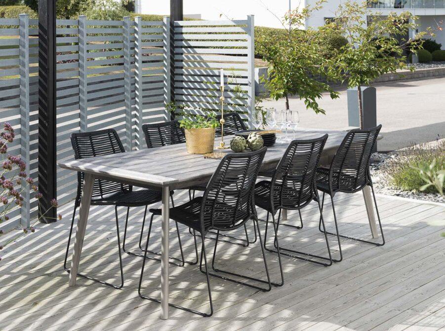 Miljöbild på Liljearp matstol i svart med valletta matbord.