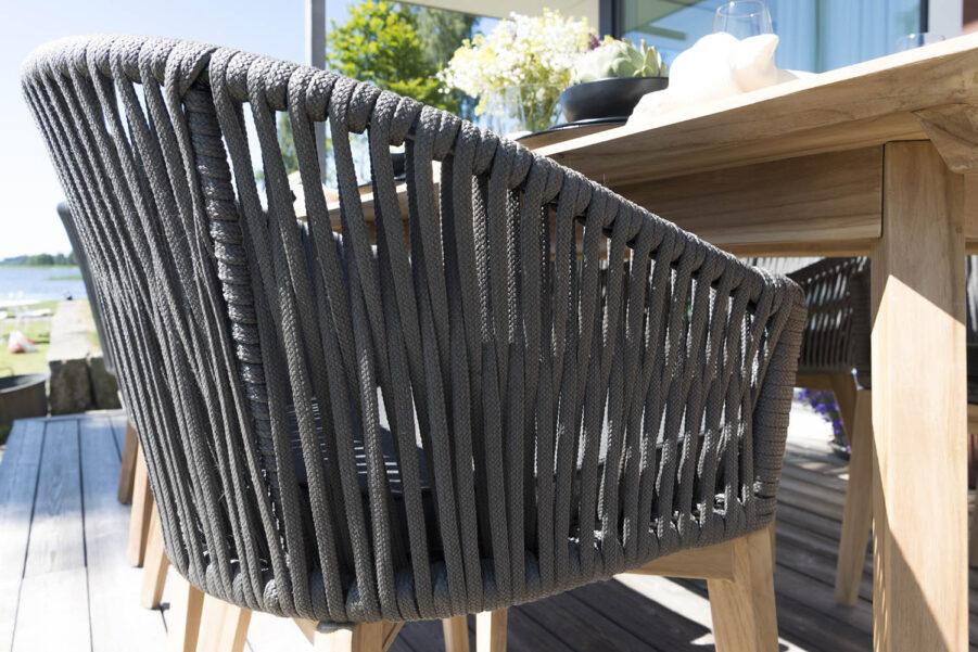 Detaljbild på karmstolen Fyrsnäs från Hillerstorp.