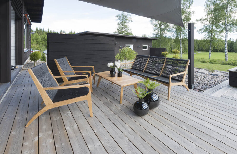 Miljöbild på soffgruppen Ardernäs i teak från varumärket Hillerstorp.