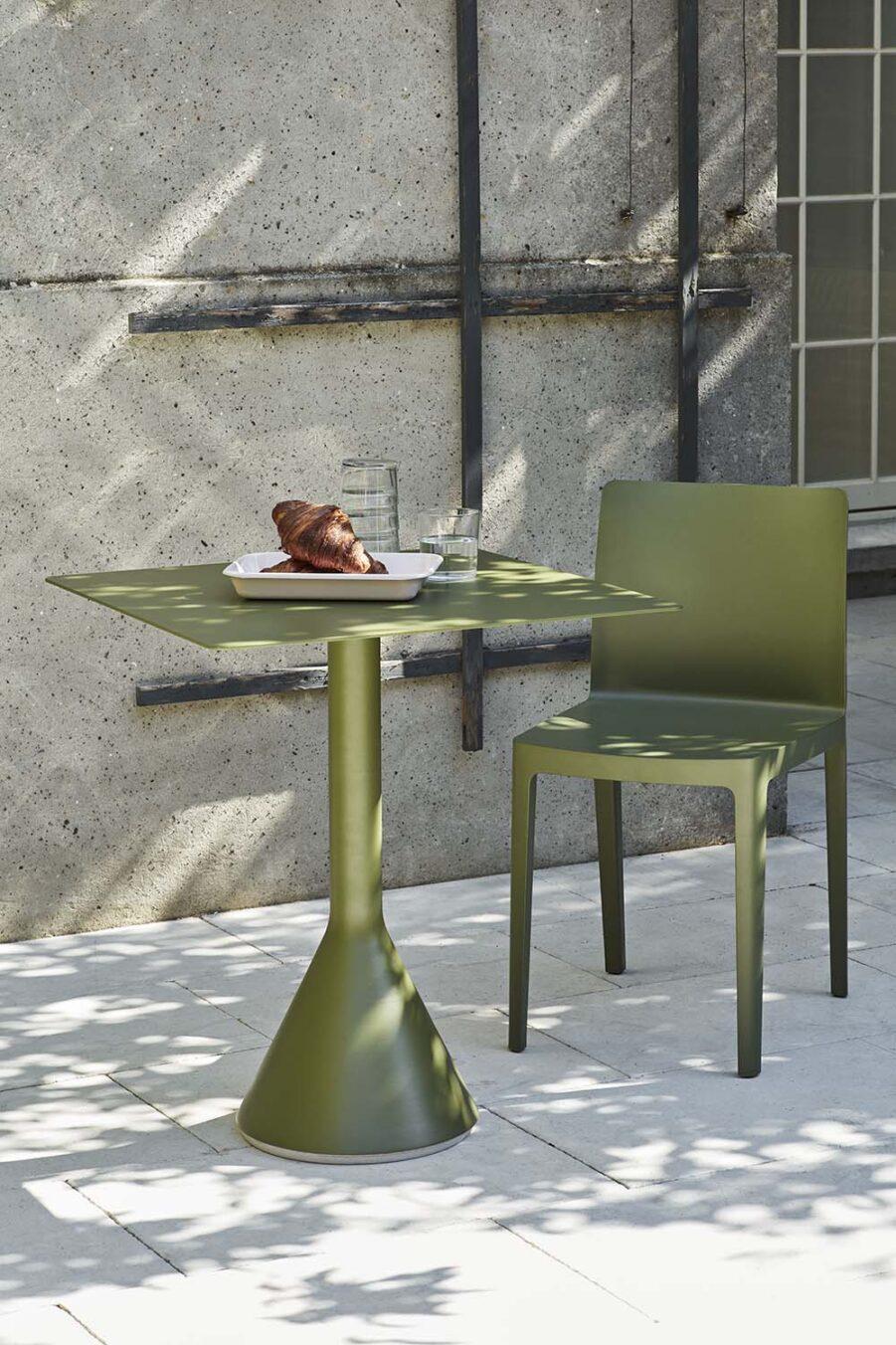 Miljöbild på bordet Palissade cone i färgen olivgrönt.