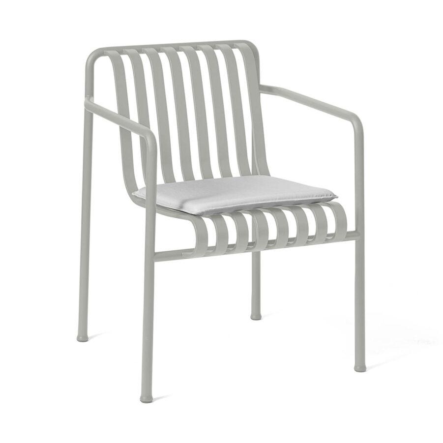 Bild på ljusgrå Palissade karmstol med ljusgrå dyna.